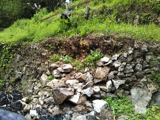 壊れた石垣を修復するのは大変です……(泣)